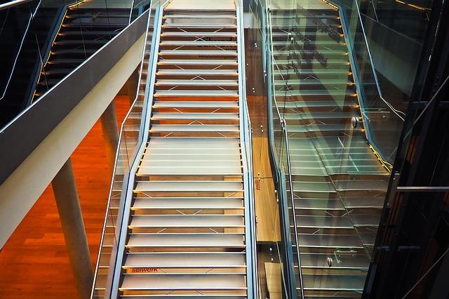 sklenené zábradlia na schodech