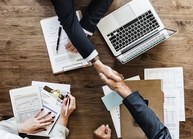 Podávanie rúk biznis.jpg