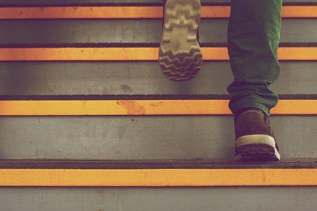 Tenisky, chôdza po schodoch.jpg
