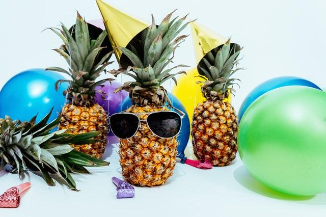 Ananásy s okuliarmi a párty klobúčikmi.jpg