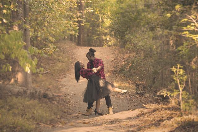 Muž so ženou tancujú uprostred lesnej cesty.jpg