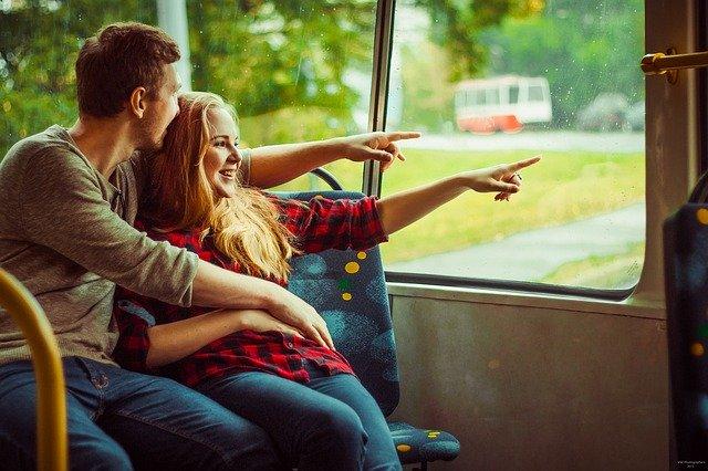 Muž objíma ženu a spolu pozerajú von oknom.jpg