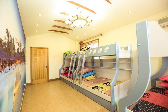 Oblé poschodové postele vedľa seba