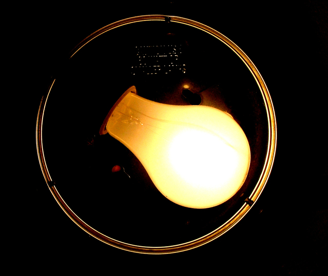 Svietiaca žiarovka v tme